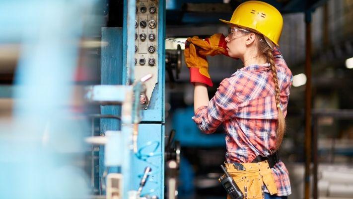 mulher-eletricista-trabalhando