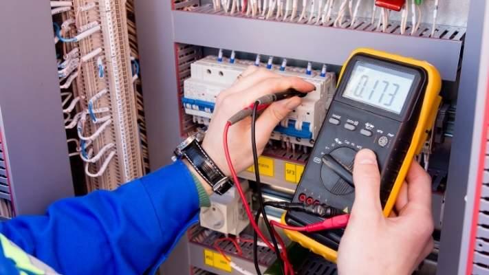eletricista-fazendo-medicoes-multimetro