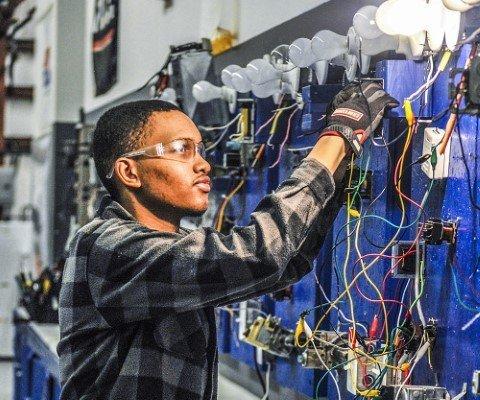 aluno-aprendendo-eletrica-em-jf