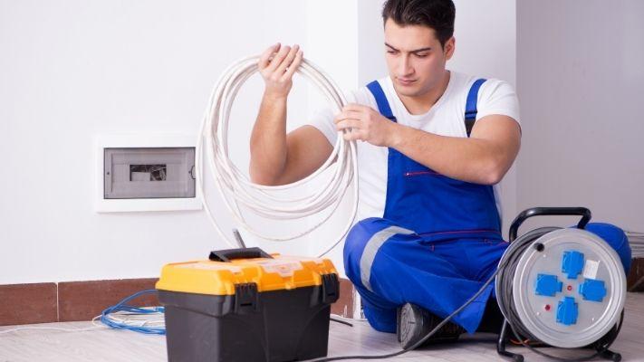 eletricista-em-rj-organizando-fiacao