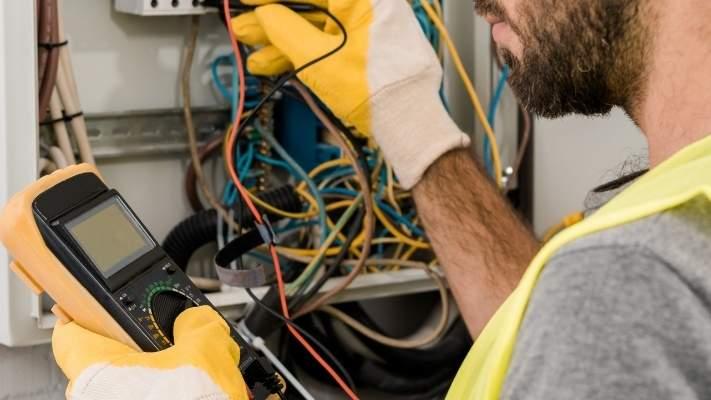 profissional-eletrica-fazendo-medicao