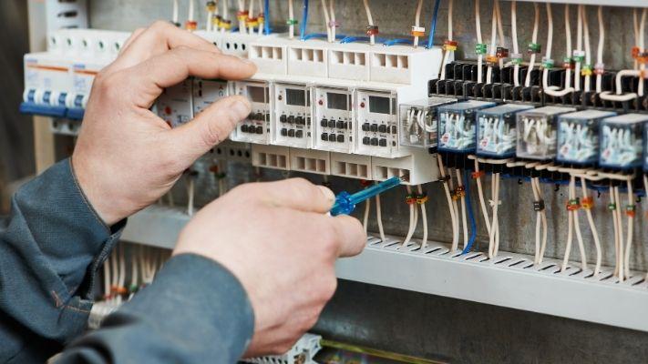 profissional-eletrica-trabalhando