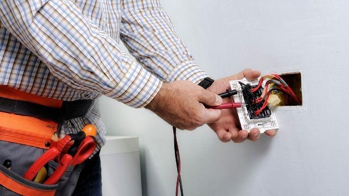 eletricista-instalando-interruptor-em-franca
