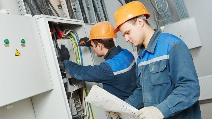 eletricistas-lendo-executando-projeto-eletrico