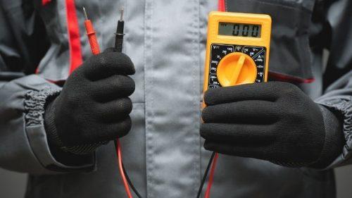 eletricista-mostrando-multimetro