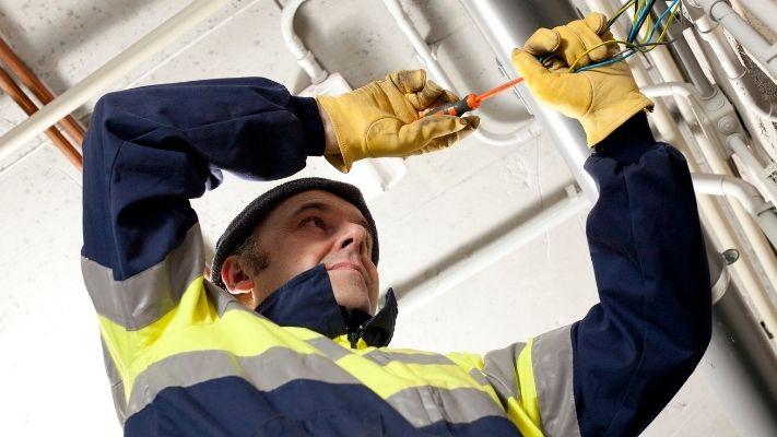 eletricista-mexendo-cabos-eletricos