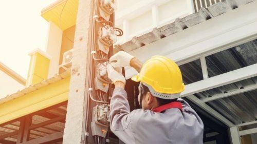 eletricista-trabalhando-em-poste