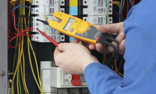 eletricista-realizando-medicoes-eletricas
