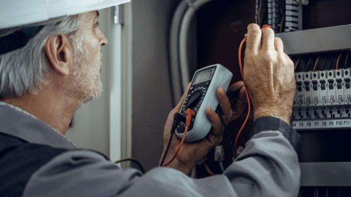 eletricista-em-campinas-trabalhando-em-quadro-eletrico