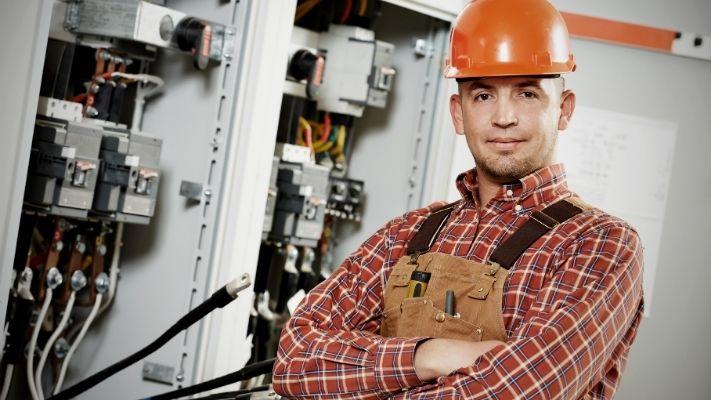 eletricista-em-bh-profissional-confiante