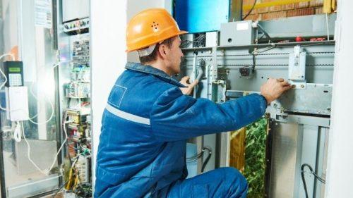 eletricista-concertando-elevador