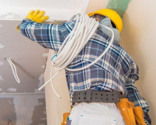 eletricista-fazendo-instalacao